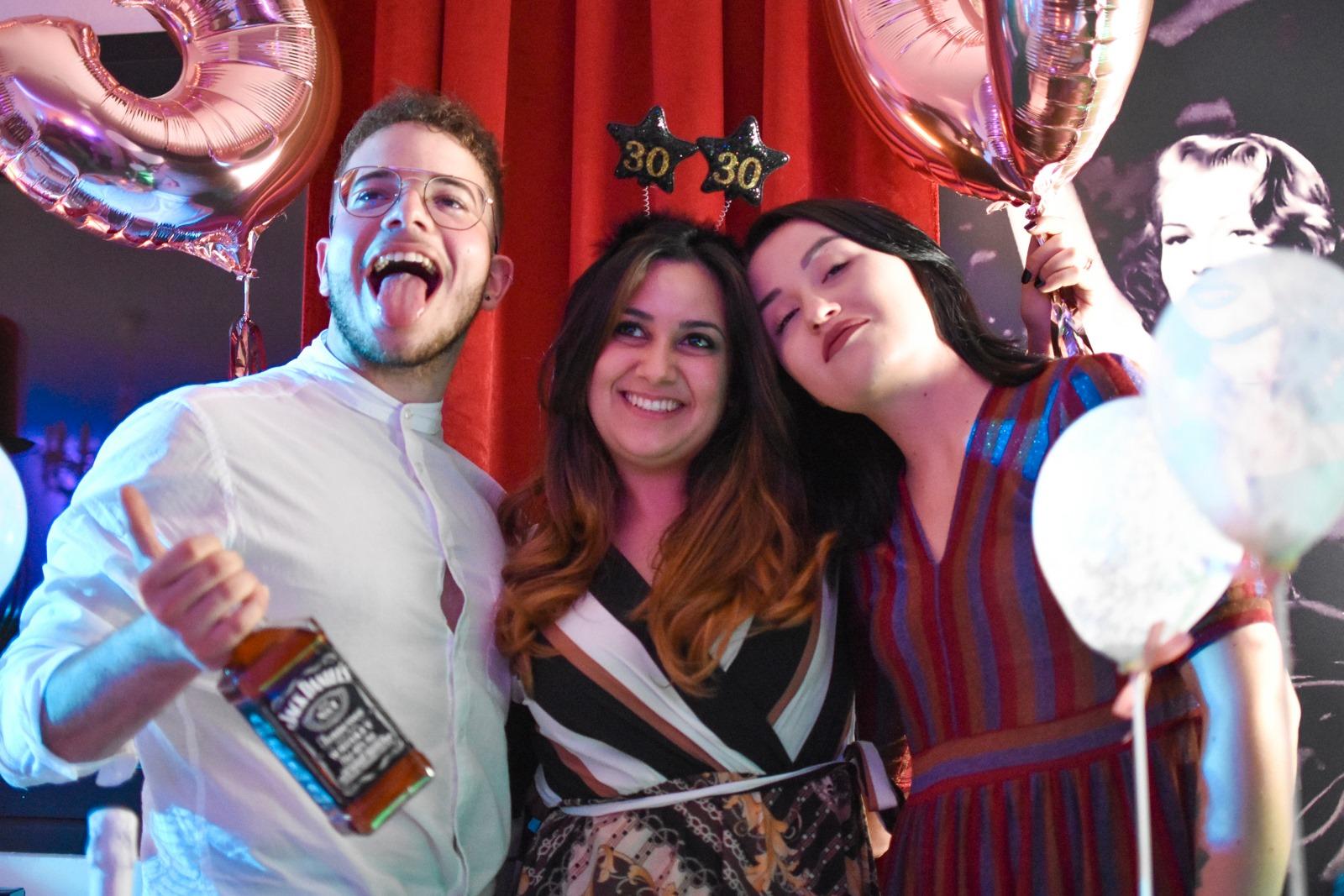 tre persone festeggiano